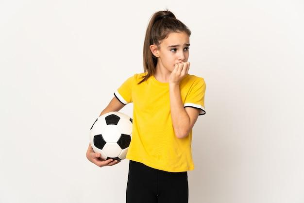 Garotinha jogador de futebol isolada na parede branca tendo dúvidas