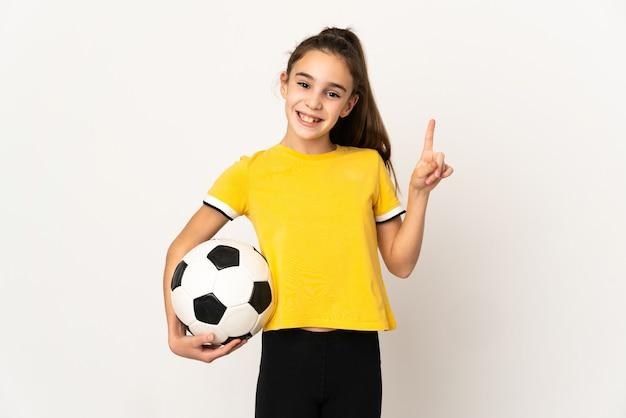 Garotinha jogador de futebol isolada no fundo branco, mostrando e levantando um dedo em sinal dos melhores