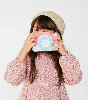 Garotinha segurando papercraft arts camera studio portrait