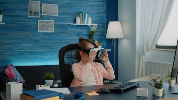 Garotinha usando óculos de realidade virtual para aprender