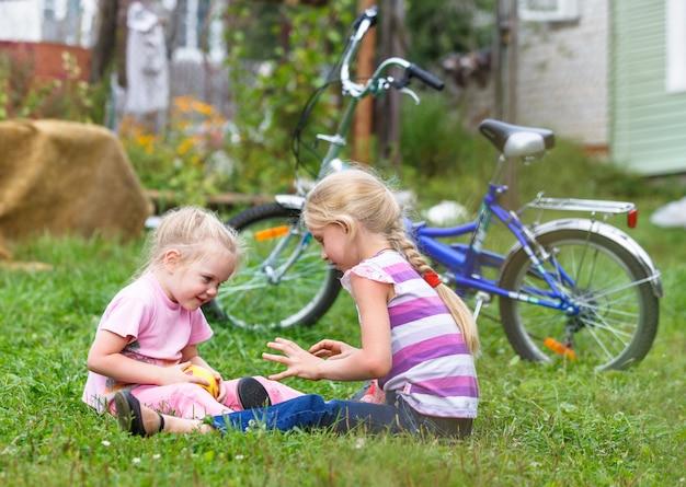 Garotinhas brincando na grama verde