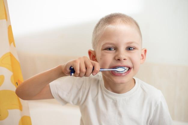 Garotinho, 9 anos, escovando os dentes