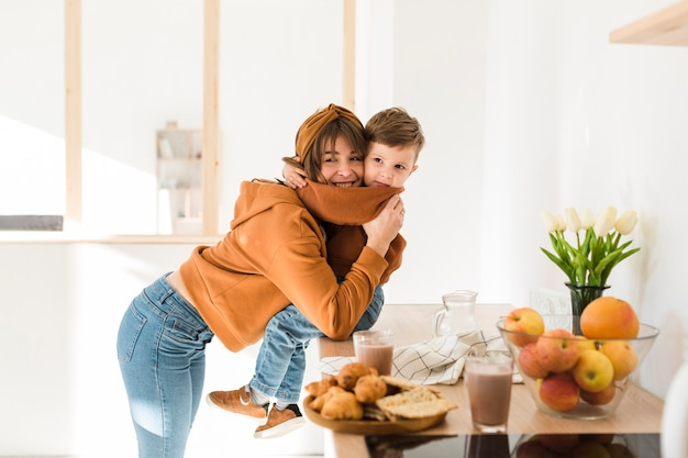 Garotinho, abraçando sua mãe
