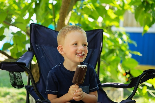 Garotinho adorável tomando sorvete
