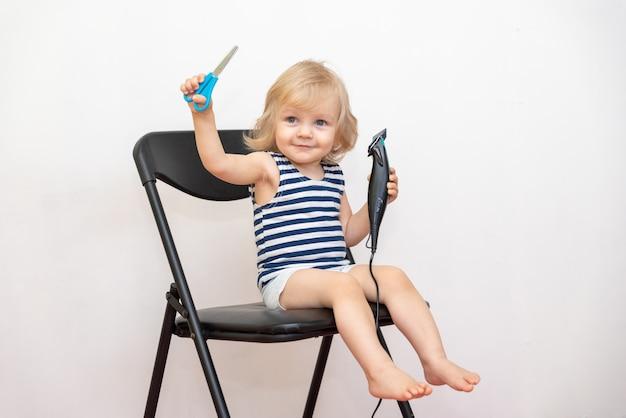 Garotinho aprende a cortar o cabelo e pentear o próprio cabelo