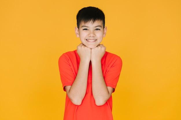 Garotinho asiático sendo fofo