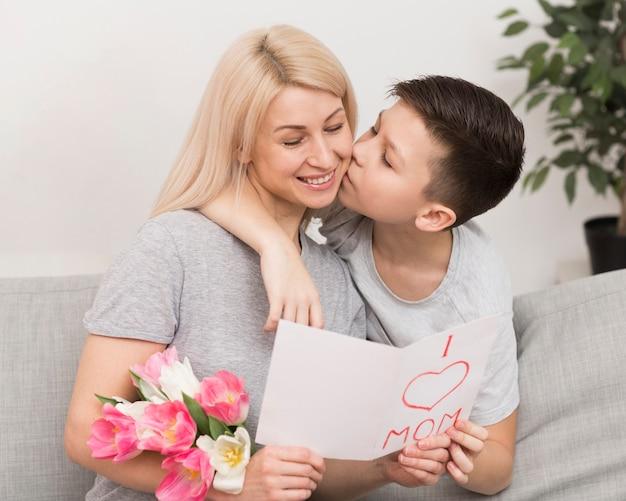 Garotinho beijando sua mãe