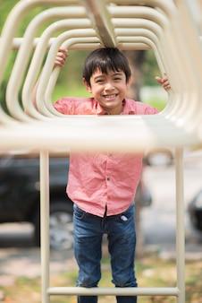 Garotinho brincando de escalada em playground