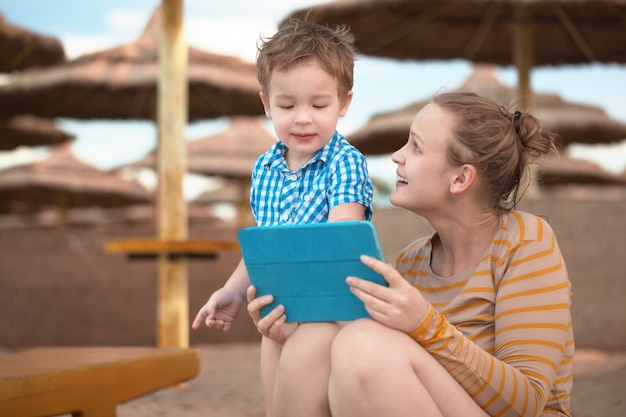 Garotinho com é mãe em um resort de praia