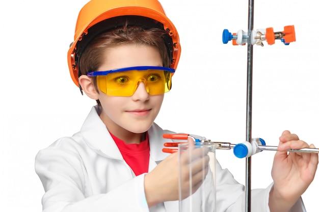 Garotinho como químico fazendo experimento com fluido químico em laboratório