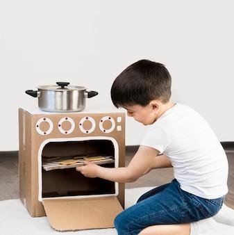 Garotinho, cozinhando em casa