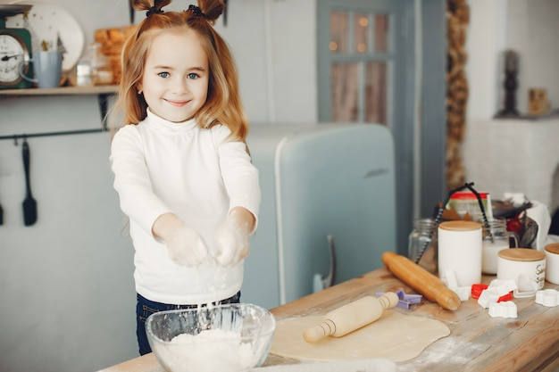 Garotinho cozinhar a massa para biscoitos