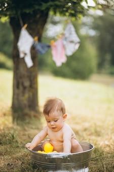 Garotinho da criança tomando banho no parque