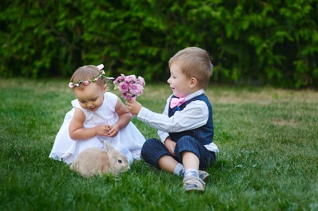 Garotinho dá uma garota um buquê de flores