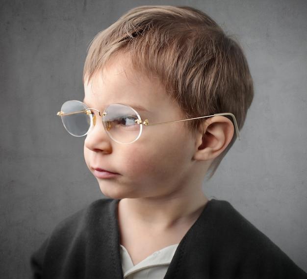 Garotinho de óculos