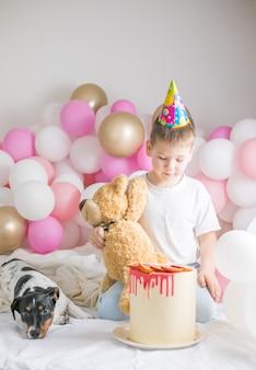 Garotinho em balões brancos com seu cachorro