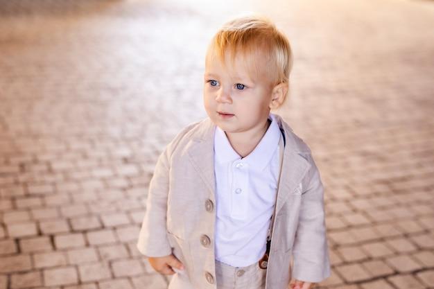 Garotinho em um belo terno