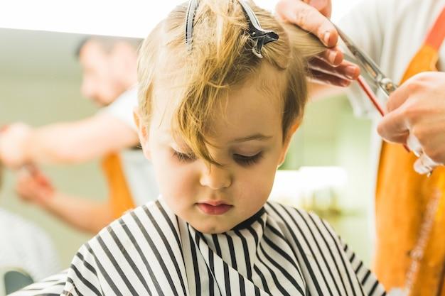 Garotinho em um salão de cabeleireiro