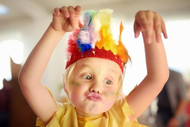 Garotinho envolvido no teatro de desempenho infantil studio no papel do índio americano.