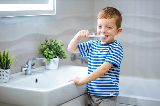 Garotinho escovando os dentes no banheiro