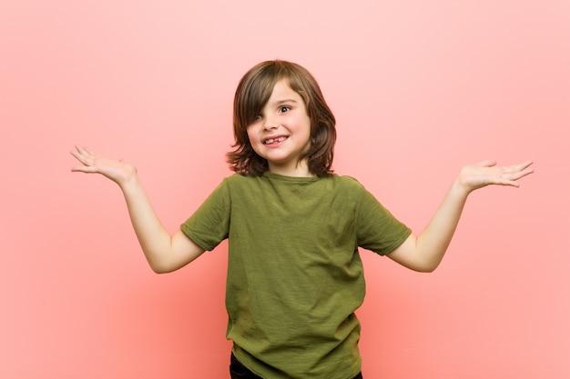Garotinho faz escala com os braços, se sente feliz e confiante.
