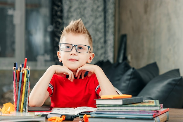 Garotinho fazendo lição de casa na escola.