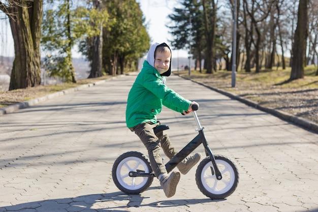 Garotinho fazendo truques de bicicleta