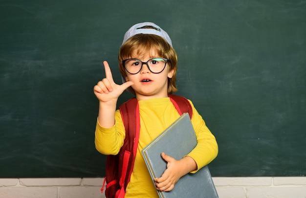 Garotinho fofo da pré-escola em uma sala de aula