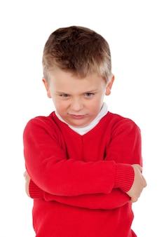 Garotinho irritado com jersey vermelho