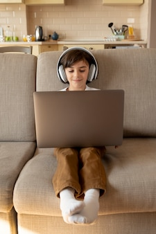 Garotinho jogando videogame no laptop