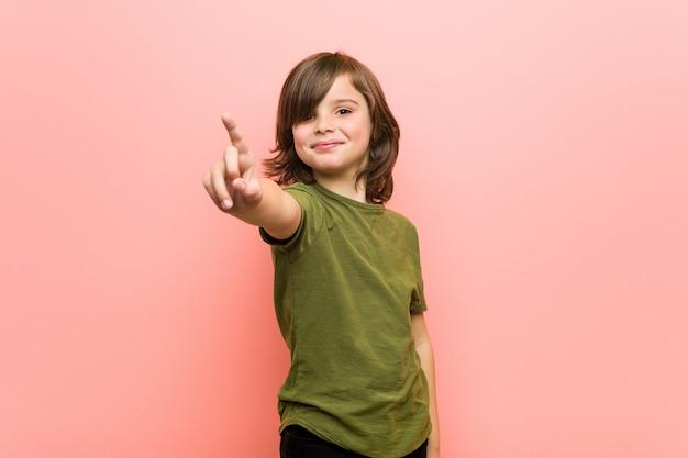 Garotinho, mostrando o número um com o dedo.