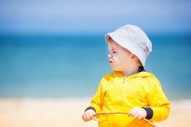 Garotinho na praia de areia