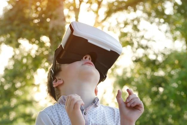 Garotinho no capacete de realidade virtual