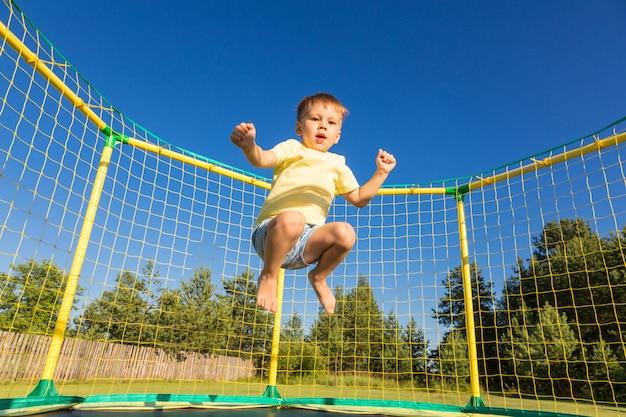 Garotinho num trampolim