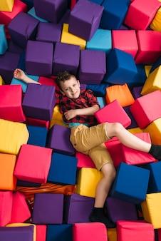 Garotinho se divertindo com cubos coloridos macios