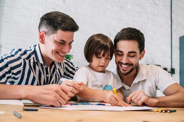 Garotinho se divertindo com os pais enquanto ficavam juntos em casa. conceito de família.