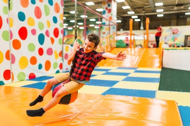 Garotinho se divertindo no centro de entretenimento infantil. infância feliz