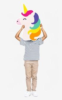 Garotinho segurando um ícone de unicórnio