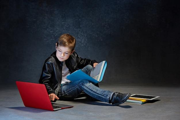 Garotinho sentado com gadgets