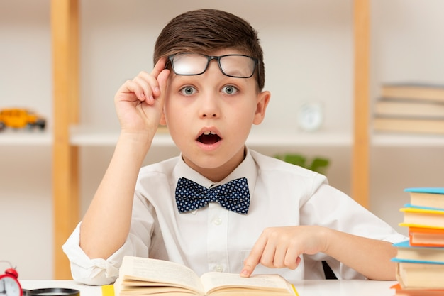 Garotinho surpreso com o conteúdo do livro