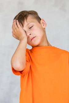 Garotinho tendo uma dor de cabeça
