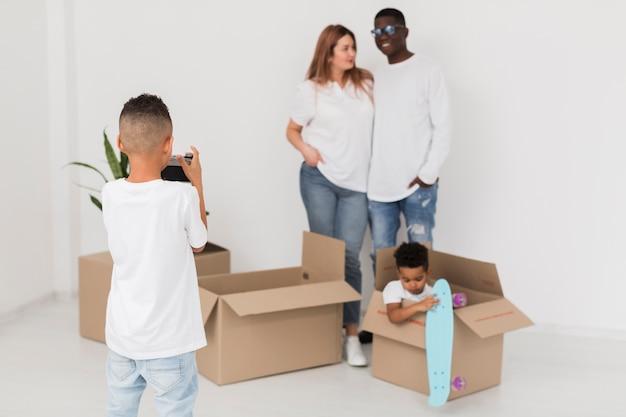 Garotinho tirando uma foto de sua família