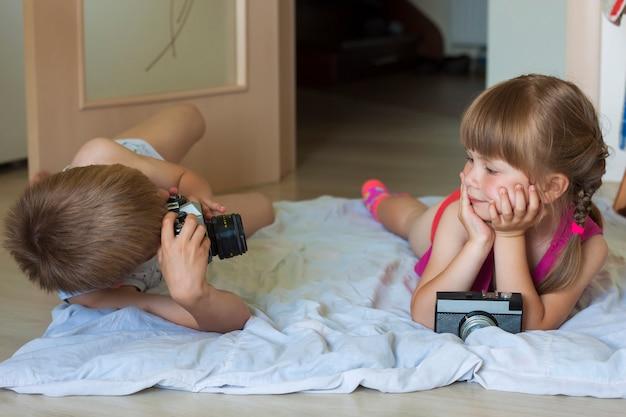 Garotinho, tirando uma foto de uma garotinha
