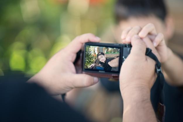 Garotinho, tomando-se selfie ao ar livre horário de verão