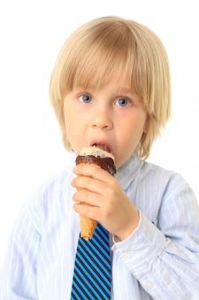 Garotinho tomando sorvete. criança em branco