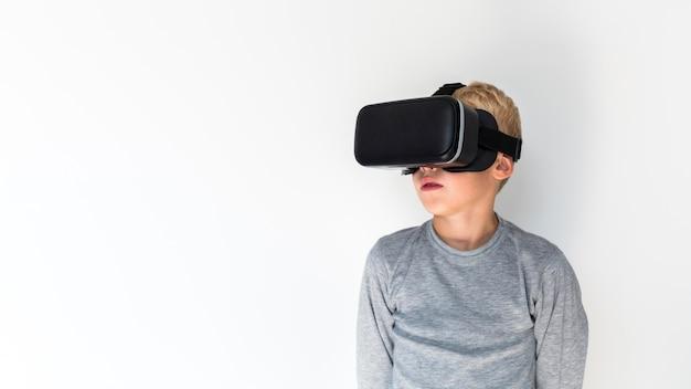 Garotinho, usando óculos de realidade virtual