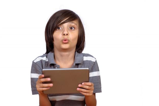 Garotinho usando tablet digital.