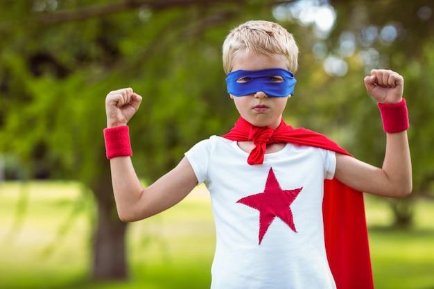 Garotinho vestido como super-homem