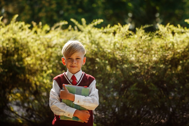 Garotinho voltando para a escola. criança com mochila e livros no primeiro dia de escola