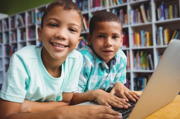 Garotinhos usando um laptop